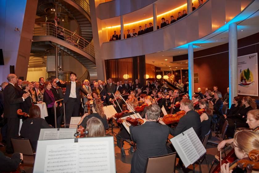 Flora Sinfonie Orchester und Domchor im Foyer des Schokoladenmuseums Gala 2019