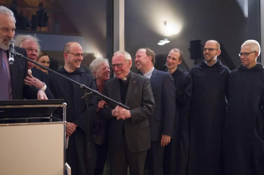 Mittig, der Laudator: Herr Erzbischof em. Dr. Werner Thissen